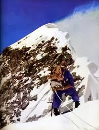 Bourdillon comtempla la arista final del Everest, antes de retirarse