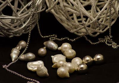 Los materiales utilizados en el Taller de Petunia son la plata, las perlas y las piedras semipreciosas