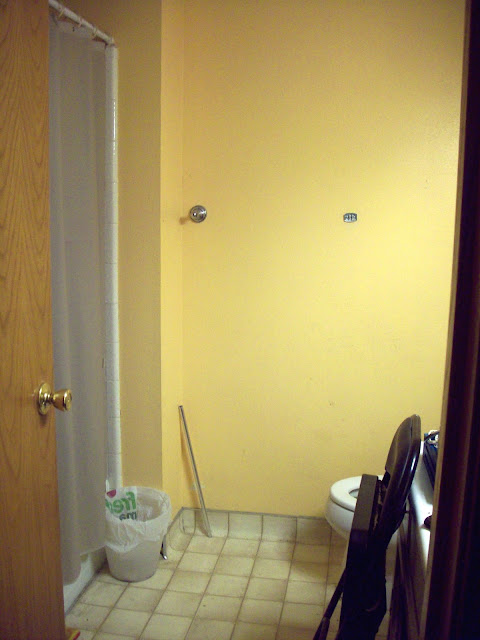 The yellow bathroom before the makeover