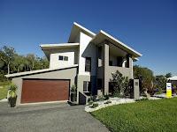 foto de fachada de casa moderna con garaje en desnivel