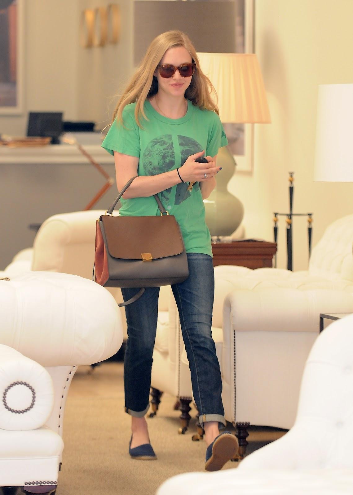 http://1.bp.blogspot.com/-89pWQt59XFM/T90Xyz3StOI/AAAAAAAAIIw/10Q7jv6CLXc/s1600/Actress+Amanda+Seyfried++at+Furniture+&+Fabrics+store+in+Los+Angeles+-09.jpg