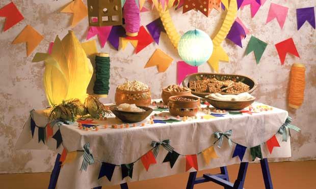 mesa decorada festa junina