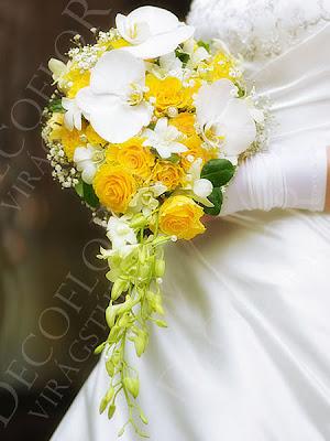 Csepp alakú menyasszonyi csokor, mely fehér orchideából és sárga rózsából készült gyöngyökkel
