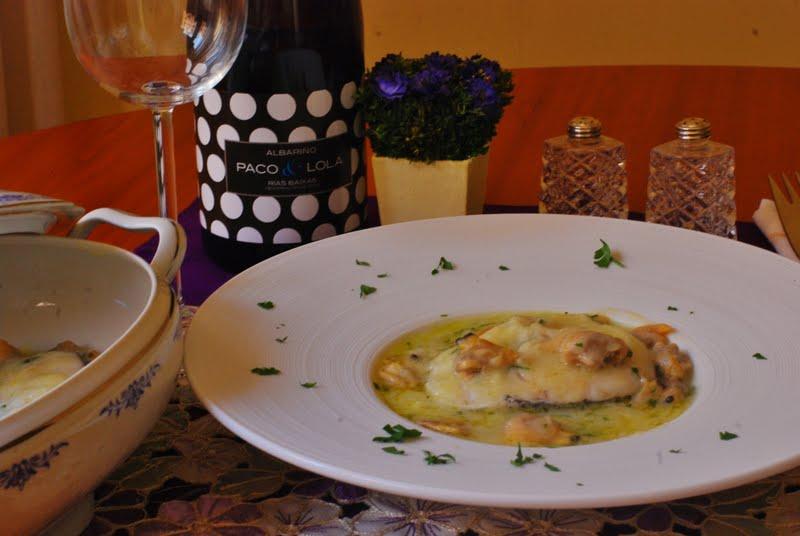 Merluza en salsa verde con almejas cuchillito y tenedor - Cocinar merluza en salsa ...