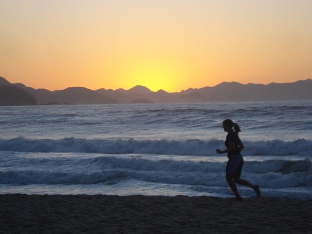 Mulher corre em Copacabana/Foto: Marcelo Migliaccio