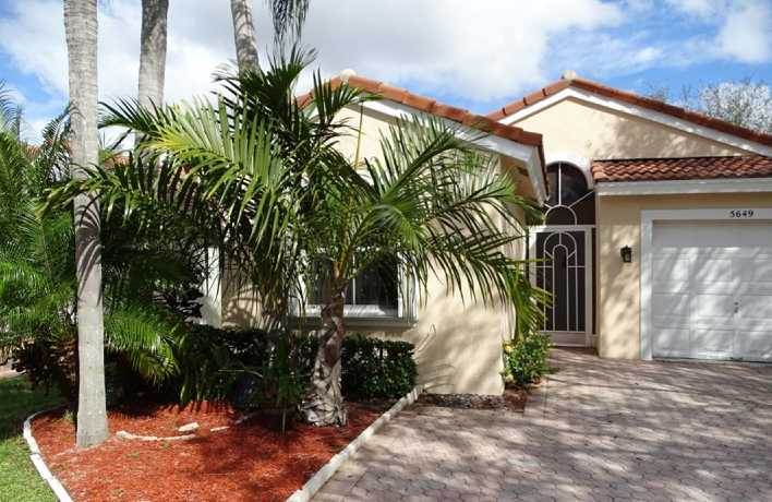 WINSTON TRAILS, Lake Worth: Home in country club with no mandatory dues and fees.