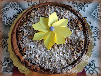 Crostata di pasta frolla alle nocciole con ripieno di marmellata di mirtilli