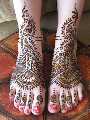 Beautiful ethnic design drawn on feets with Mehndi and Nail Arts by North Indian girl.