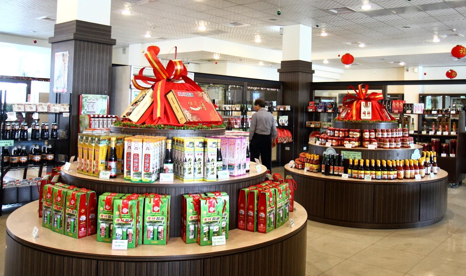 鄰近虎頭埤的東成會館內展售中心販售多款東成醬油與相關農特產商品