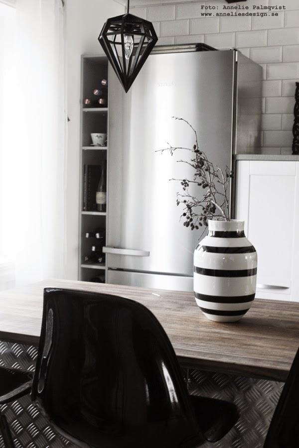 industriellt kök, industri kök, köket, kökets, kylskåp, rostfritt, vitt, svart, brett kylskåp, miele, vinflaskor, diamant lampa, svart och vit randig vas, stor vas, kvistar,