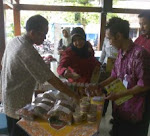 Kang Mas Cokie Dengan Sabar dan ramah Melayani Konsumen