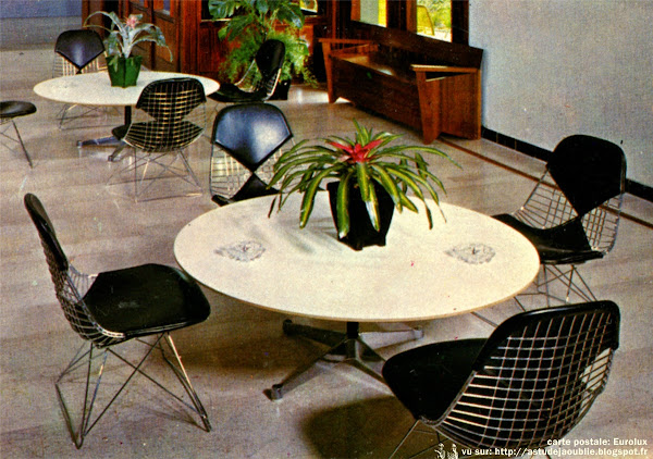 "Chaises ""Wire"" ou ""Bikini""  Designer: Charles & Ray Eames - Editeur: Herman Miller  Tables basses ""Aluminum Group""  Designer: Charles & Ray Eames - Editeur: Herman Miller"