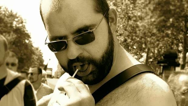 Bear succhia un lecca lecca al Pride di Parigi del 2006