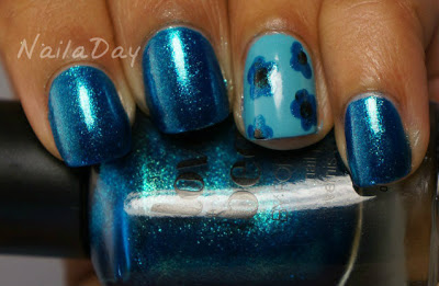 NailaDay: Dotty Blue Flowers