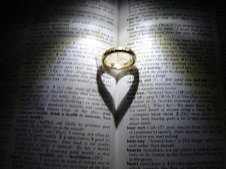 O rei Assuero disponibiliza o seu anel real para Mardoqueu, uma representação da autoridade de Jesus sendo colocada a nossa disposição.