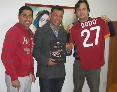 O italiano Roberto Montenero em férias no Brasil, Benê Ribeiro com o livro do MP Lafer e Jean Tosetto com a belíssima camisa da Roma (foto: J.L. de Paula).