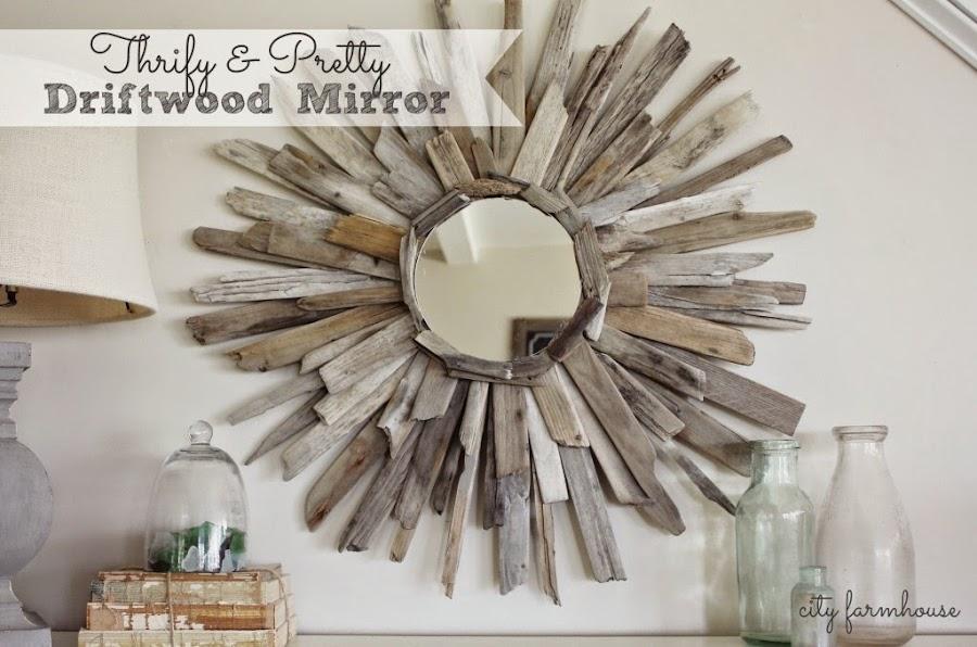 el segundo espejo esta creado con maderas varadas de esas que nos encontramos en la orilla de la playa cuando damos un paseo al borde del mar donde rompen