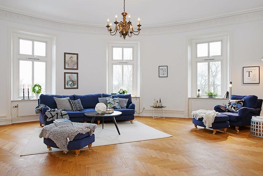 en el saln como veis destaca un sof azul intenso que se hace con el de toda la estancia de hecho el resto de la estancia es