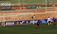 Zagueiro evita gol de forma espetacular
