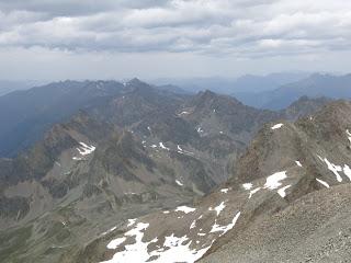 Gipfelblick nach Norden; Luibiskogel leicht rötlich rechts der Bildmitte, ganz hinten weiter links Fundusfeiler