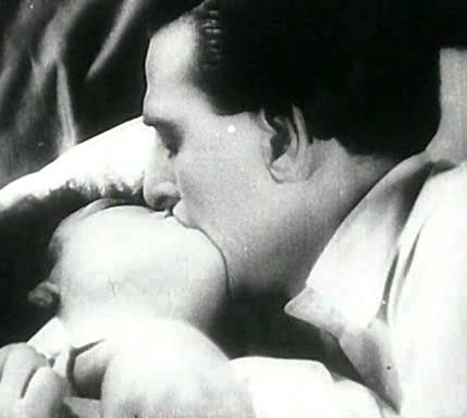 Fotograma de la película Erotikon de 1929 que muestra a Ita Rina recibiendo un ardiente beso en su boca