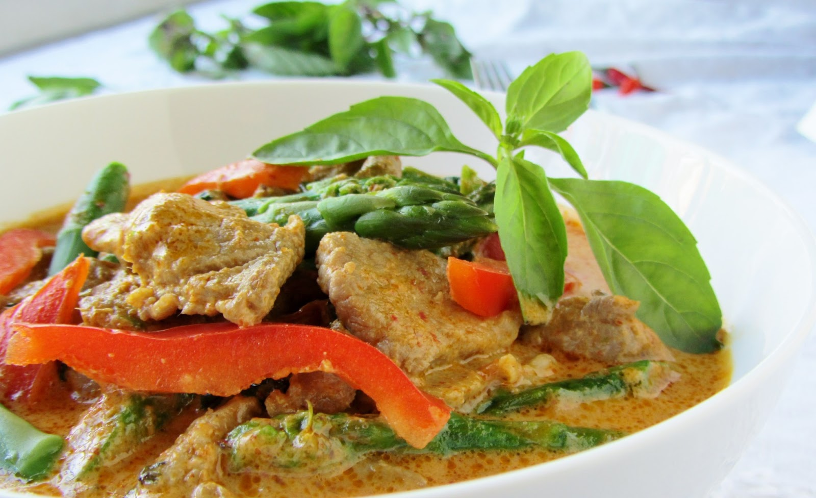 Let's eat.....simple!: Thai Red Curry Pork with Asparagus