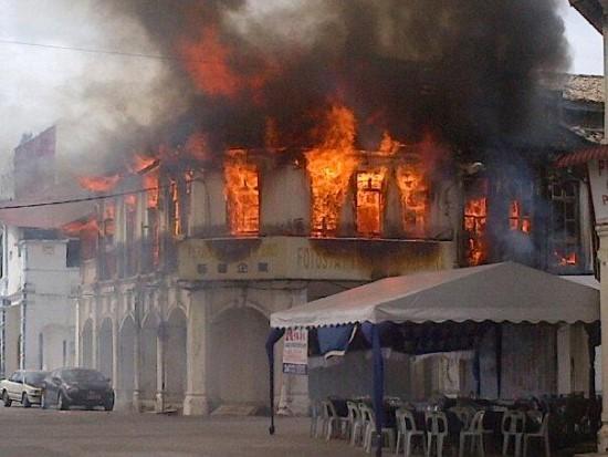 bakar-bangunan-kekasih-curang