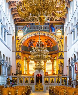 http://galazioneiro.blogspot.gr/, Άγιος Δημήτριος- Η βασιλική του Αγίου Δημητρίου είναι πεντάκλιτη με ένα εγκάρσιο κλίτος στα ανατολικά.