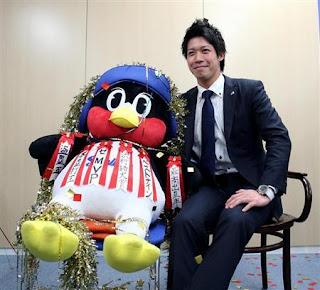 大幅昇給を勝ち取ったヤクルト・山田哲人は、今年総なめにしたタイトルが貼り付けられたつば九郎と一緒に写真におさまった(写真:産経新聞)