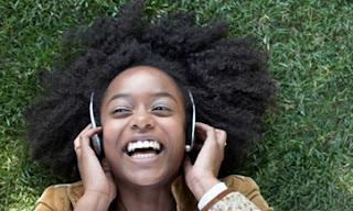 NUEVA ORLEANS (Reuters) — Ha llevado décadas que la música pasara de los vinilos a los discos compactos, y años pasar de éstos a los reproductores MP3. Ahora la radio en Internet se perfila como un competidor para los oyentes de música digital al proporcionar música online en streaming de forma gratuita en páginas web como Pandora y Spotify. La cantautora Theresa Andersson acababa de ofrecer una actuación en el Festival de Jazz y Patrimonio Cultural de Nueva Orleans y su nueva fan Dana Spanierman ya se planteaba cómo escuchar unas melodías de blues similares. «Voy a ponerla en Pandora