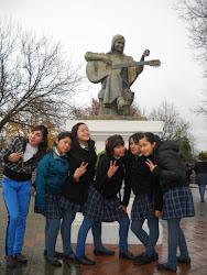 """Escultura a Violeta Parra junto a alumnas del Liceo """"Violeta Parra Sandoval"""" de San Carlos"""