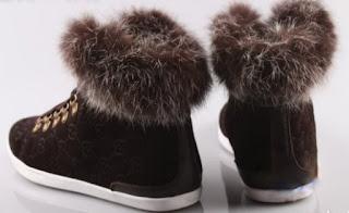 čevlji podloženi s krznom │ shapeshifter shoes zamrmram (zase) │ grlen smeh za menoj se prelevi v dolg pogled