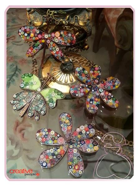 Colgantes realizados en minifioris y cristal de Murano modelo Mariposa y Flor realizados por Sylvia López Morant y decorada a mano
