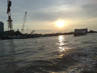 วันเสาร์ วันอาทิตย์ มีให้บริการเฉพาะเรือด่วนธงส้ม