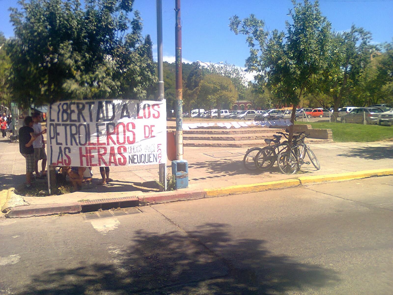 https://www.facebook.com/pages/Anarquistas/378066755607147,Anarquistas,Anarquismo,Anarquía,trabajadores,obreros,Neuquén,  San Martín de los Andes, Zapala, Centenario, Cutral Co, Plottier, Plaza Huincul, Chos Malal, Junín de los Andes, Rincón de los Sauces, Villa La Angostura, Senillosa, Campaña por la libertad de los Petroleros de Las Heras Como Sociedad de Resistencia Oficios Varios de Neuquén nos sumamos a la campaña de actividades por la libertad de los trabajadores petroleros de Las Heras. Durante la última semana hemos realizado volanteadas por el centro de la ciudad y en la feria del parque central.