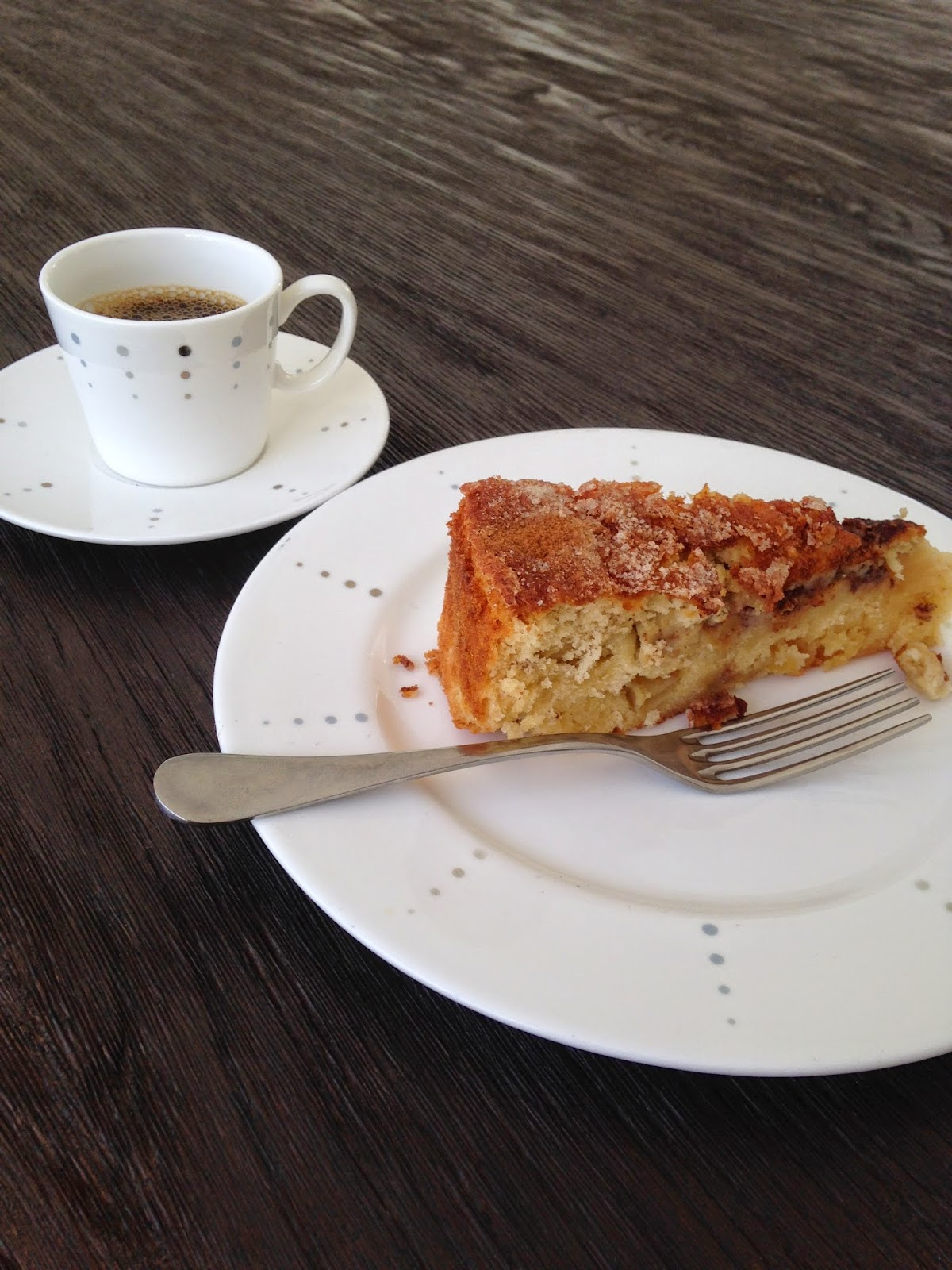fatia de bolo com xícara de café