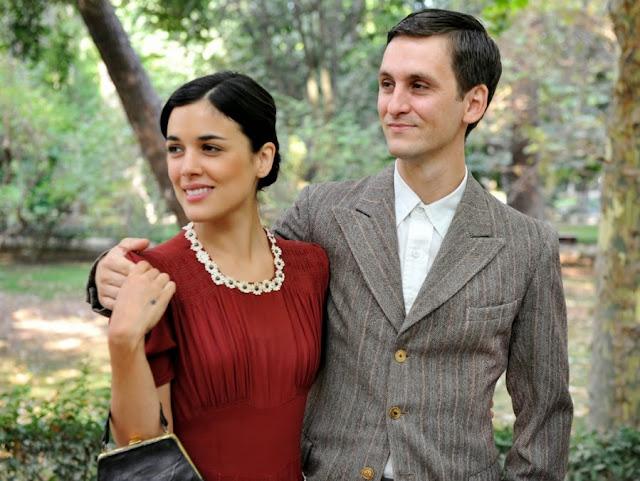 Sira Quiroga con vestido rojo e Ignacio traje chaqueta boda Paquita. El tiempo entre costuras. Capítulo 1.