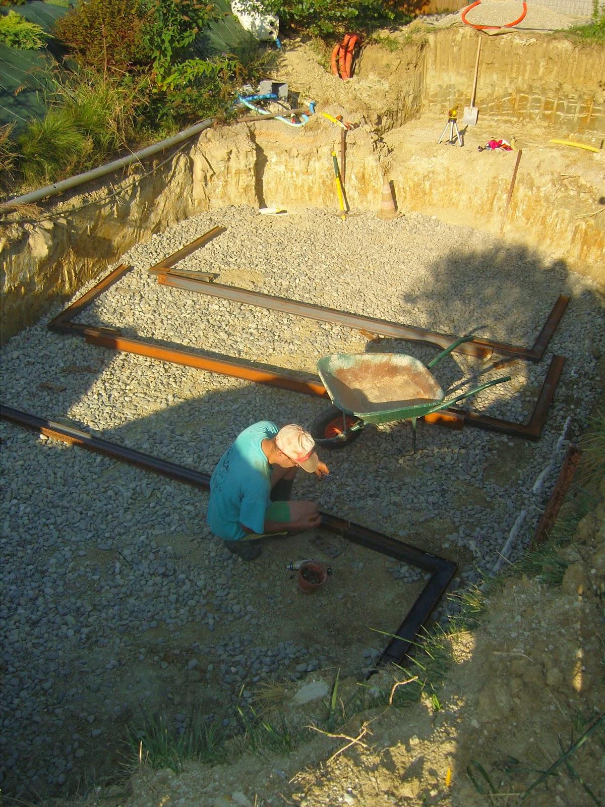 Construction d 39 une piscine en bois et destruction forc e for Construction piscine en bois