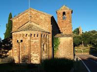 L'absis i el campanar de Sant Martí del Brull, i a la dreta les restes del Castell
