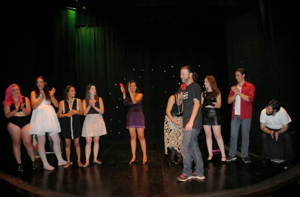 Ayrton Rebello recebe os aplausos da turma de teatro adulto