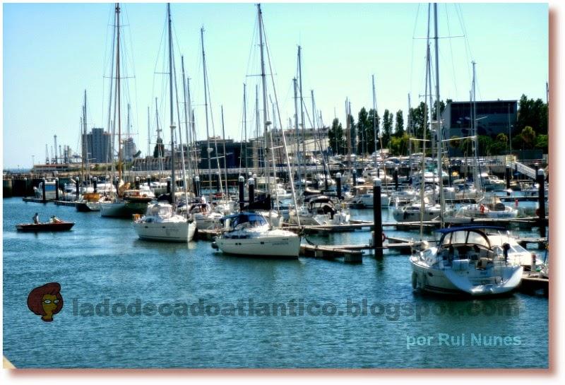 Imagem de lanchas atracadas na  Marina do Parque das Nações, Lisboa