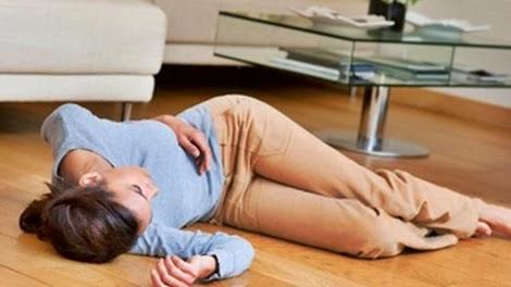 Gambar cara membuat sadar dengan menolong orang pingsan