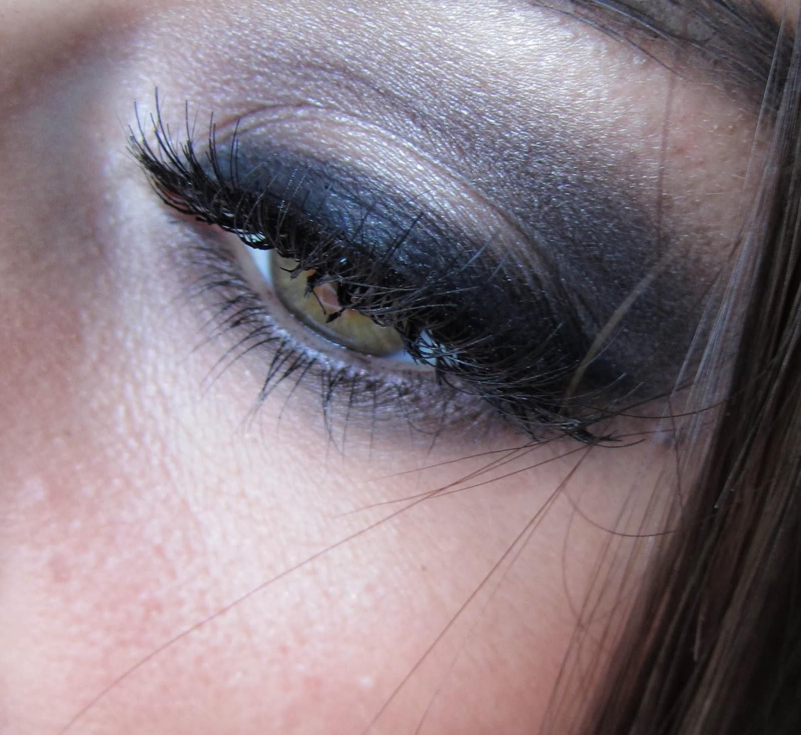 http://chroniquedunemakeupaddict.blogspot.com/2014/01/un-makeup-glamour-avec-la-naked-2.html