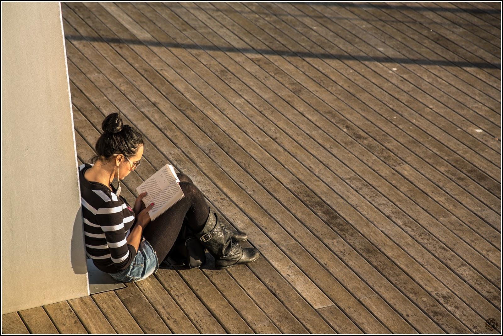 """Port de Barcelona: Ella lee """"La sombra del viento"""" de Carlos Ruiz Zafón"""