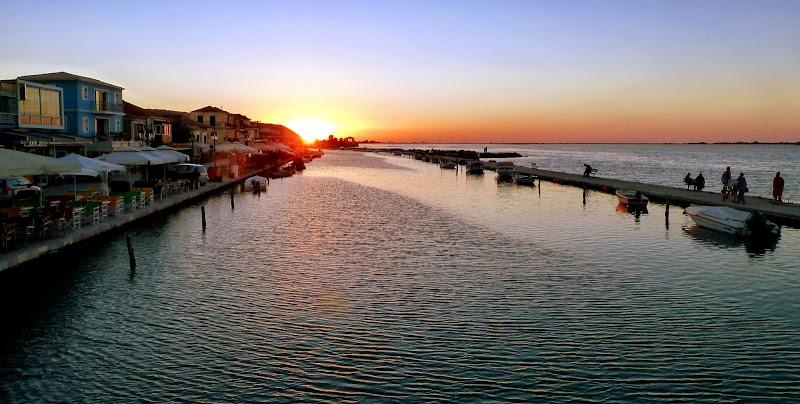 Die letzten Sonnenstrahlen des Tages: Lefkada Stadt, Griechenland