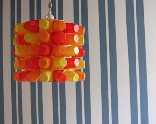 Lámpara hecha a partir de envases reciclados de Danonino