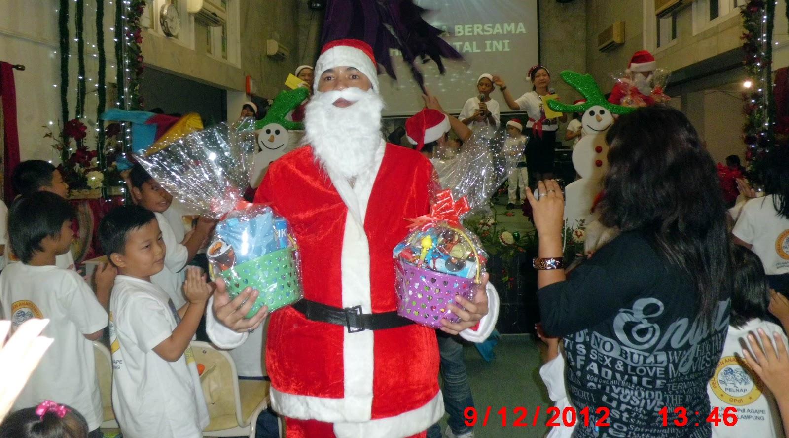 datang membawa hadiah untuk anak-anak yang rajin dan baik. Ho ho ho