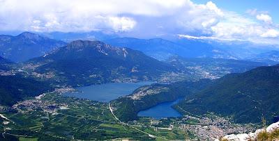 http://1.bp.blogspot.com/-8LWr2tGoCfs/UfFdT3XNYOI/AAAAAAAAIZg/WhAm5R35Mxk/s1600/Bassa_Valsugana_con_laghi_Levico_e_Caldonazzo.jpg