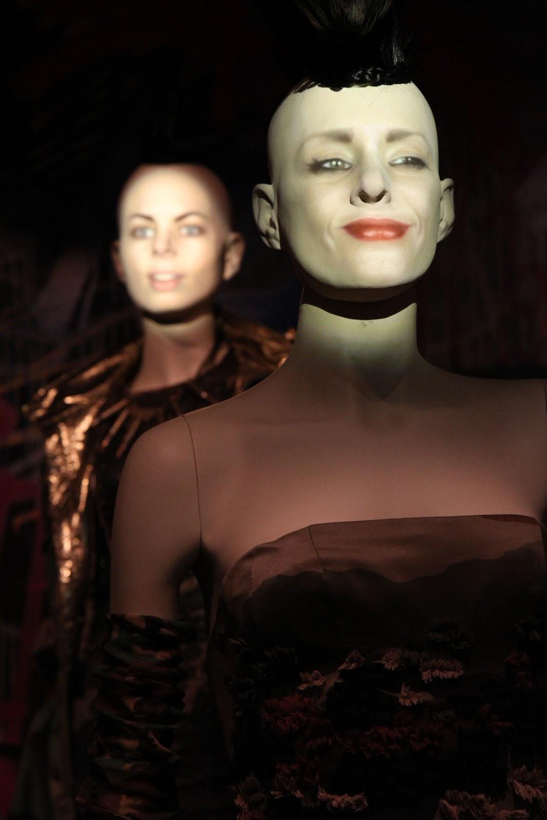 http://1.bp.blogspot.com/-8LdkYQbDUv8/UMYhzbPCvsI/AAAAAAAAAGs/CT8p08Z_3dE/s1600/marta_moslw-my_own_strange_little_world-fashion_blog-moda-andy_elle-andy_leitch-photography-jean_paul_gaultier-exposicion-madrid-05b.jpg