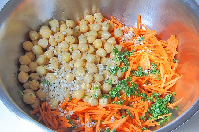 Пикантный салат с нутом и морковью